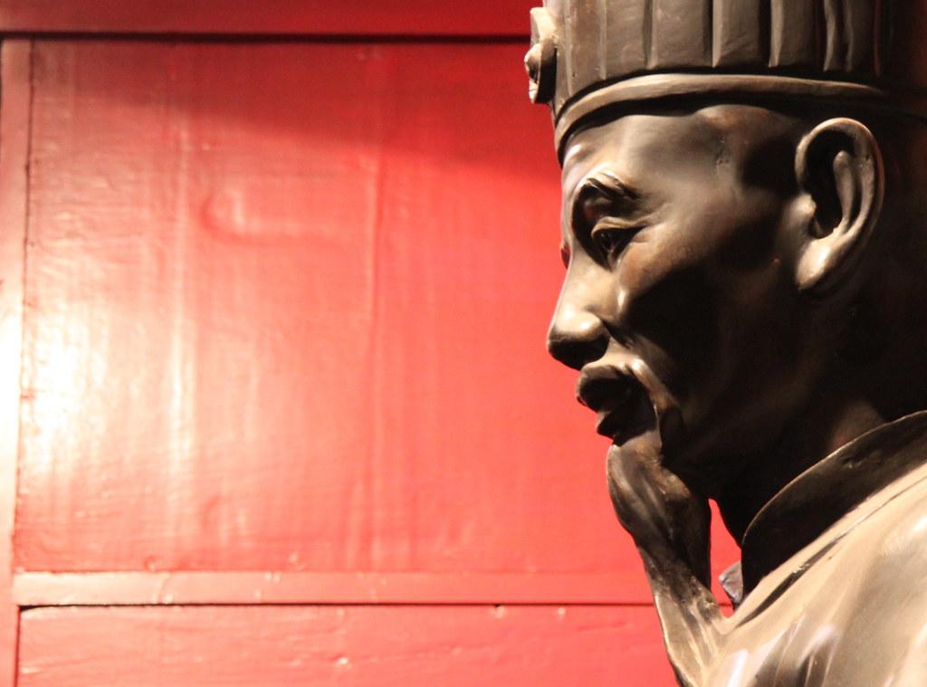 Litterature temple - Confucius statue