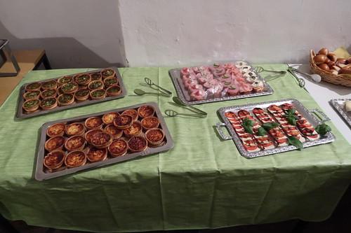 Spinat-Quiche und Quiche Lorraine, Mozzarella-Tomaten und belegte Baguette-Scheiben