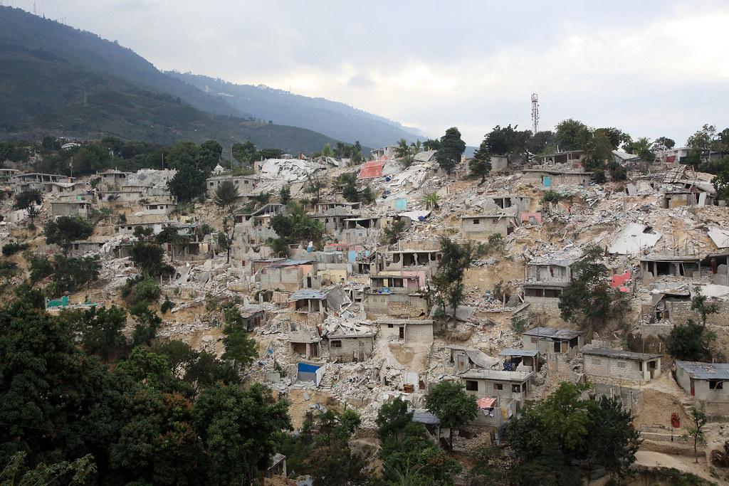 Ha ti des camps de d plac s la reconstruction de for Medlab canape vert haiti