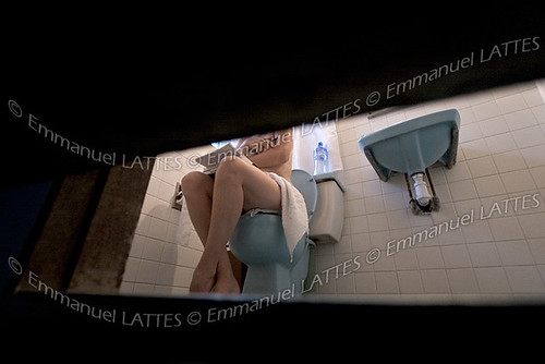 Jeune femme sur les toilettes.