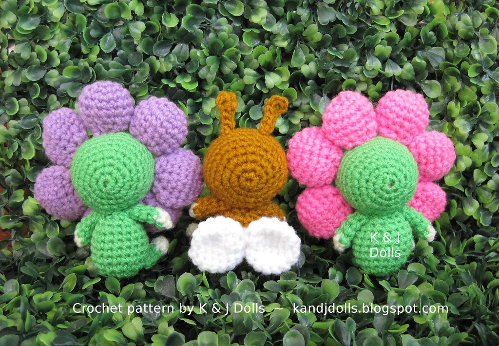 Amigurumi Flower Pattern Free : Flowers and bee amigurumi crochet pattern - a photo on ...