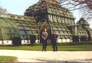 Wong und Dietmar vor Palmenhaus