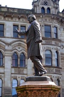 Bild von William Ewart Gladstone. city statue bronze manchester finger victorian townhall pm gladstone primeminister raggi albertsquare 1901 williamewartgladstone manchestertownhall guesswhereuk gwuk hccity marioraggi