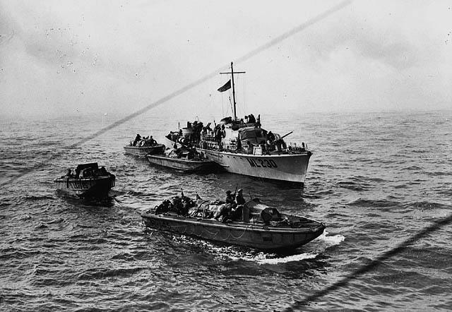 Personnel landing crafts draw away from a motor torpedo boat to start their run-in to the Dieppe beaches, Aug. 19, 1942 / Barges de débarquement s'éloignant d'un torpilleur afin de commencer leur approche vers les plages de Dieppe, 19 août 1942