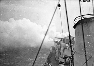 "identified [Hunt] - class destroyer of the Royal Navy bombarding Dieppe during Operation JUBILEE / Torpilleur non identifié de classe de la Marine royale bombardant Dieppe durant l'opération ""Jubilee"""