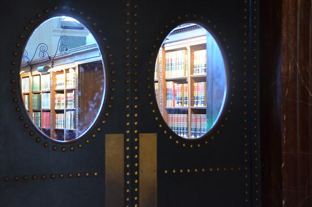 door in a library, Nikon D5100, AF-S DX VR Zoom-Nikkor 18-200mm f/3.5-5.6G IF-ED [II]