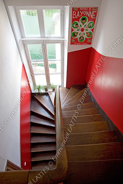 Cage d 39 escalier dans une maison bourgeoise france - Peinture mur escalier ...