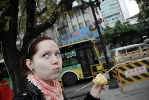 Guangzhou | traditsiooniline ananassipilt / the traditional pineapple eating photo