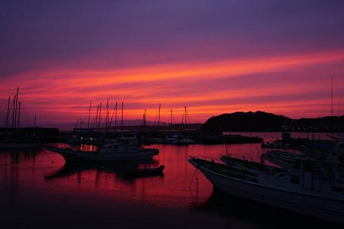 color colour colors colours sky sunset dusk cloud sea bay bayarea boat fishingboat silhouette hayama