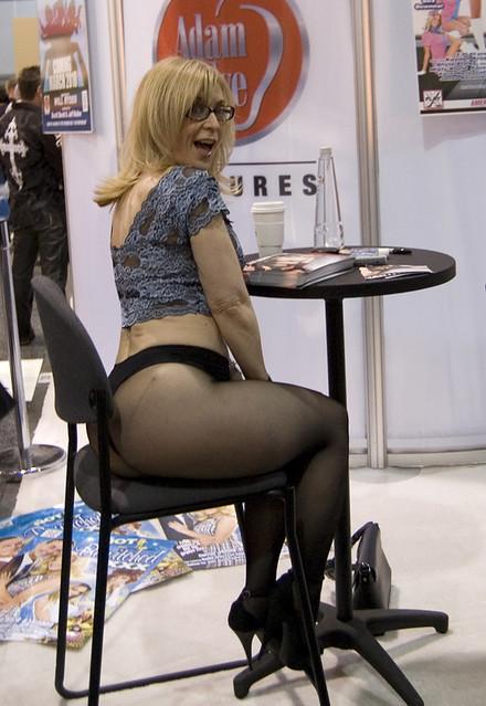 Сексуальная зрелка с крупными дойками в черных чулках