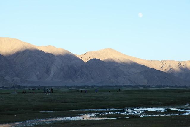 タシュクルガン、夕方の湿地帯と月