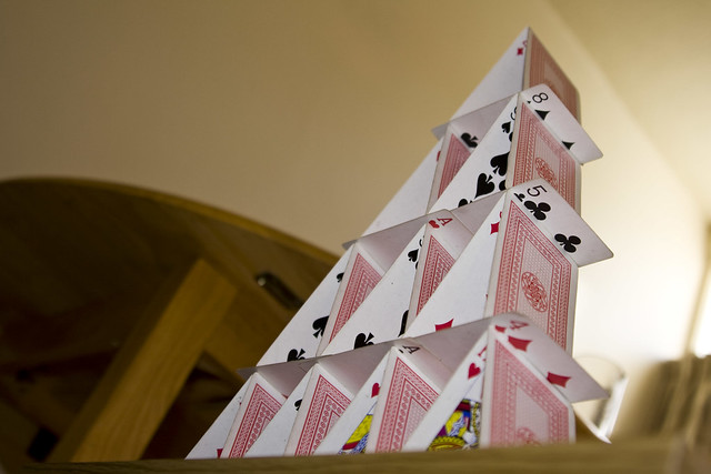 Castillo de naipes con cuatro pisos