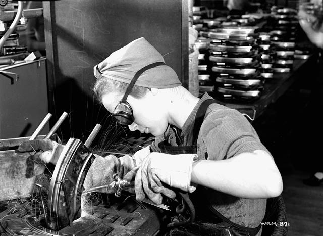 Female munitions worker welds magazine clip of a Bren gun in the John Inglis Co. Bren gun plant. / À l'usine de fusils-mitrailleurs Bren de la John Inglis Co., une ouvrièreaffectée aux munitions soude des lames-chargeurs de fusils-mitrailleurs Bren