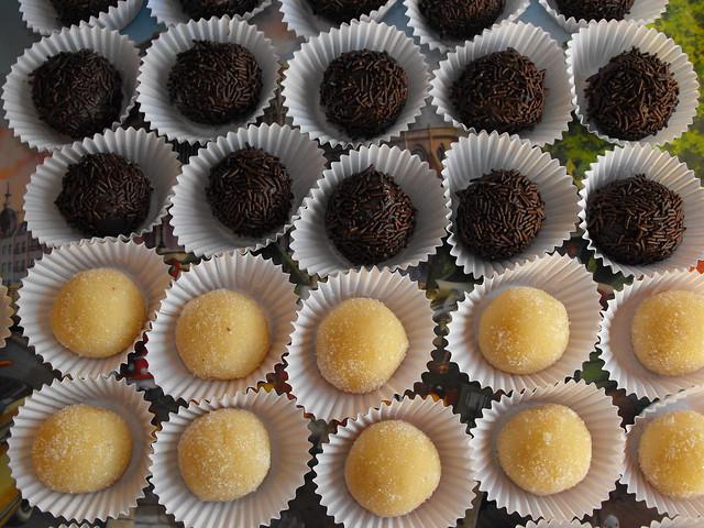 Brigadeiros de amêndoa e chocolate
