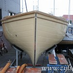 The S-shaped hull needs no separate keel. The Zijlsloep can be transported on a low trailer. The hull shape also protects the engine from hitting the bottom at low tide.