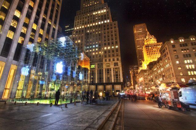 Apple unveils redesigned, simpler Fifth Ave glass cube