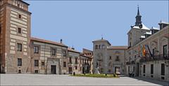De gauche à droite, la Torre de los Lujanes construite au 15ème siècle, la Casa de los Lujanes, la Casa de Cisneros, construite en 1537 (au fond), la  Casa de la Villa (hôtel de ville, Ayuntamiento), construite en 1617 par Gomez de Mora.  Au centre le monument à Alvaro de Bazán (1526-1588), le héros de la bataille de Lépante en 1571, statue réalisée par le sculpteur Mariano Benlliure (1862-1947)