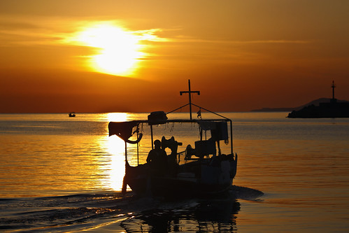 morning sea sky sun reflection sunrise gold boat movement greece crete rethymno κρήτη ελλάδα θάλασσα βάρκα ανατολή πρωί κίνηση αντανάκλαση ρέθυμνο ουρανόσ ήλιοσ χρυσαφί