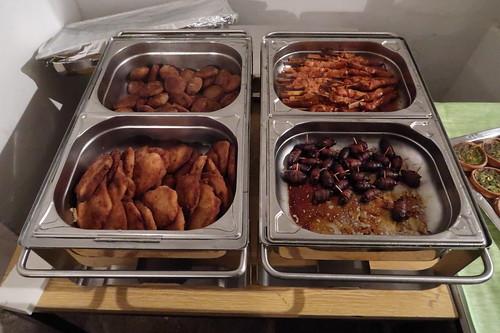 Schnitzel, Frikadellen, Geflügelspieße und Datteln im Speckmantel