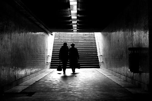 street light bw stairs trash subway pedestrian canonef50mmf18 utca kuka fény feketefehér árnyék lépcső aluljáró canon450d gyalogos öregnéni