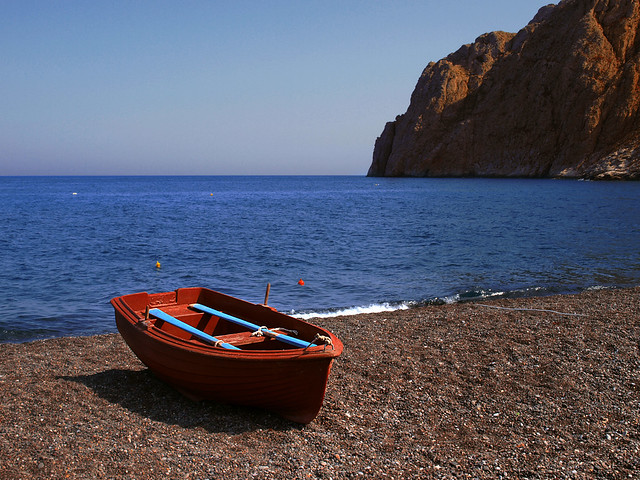 Boat at Kamari beach, Santorini, Greece - Flickr CC hozinja
