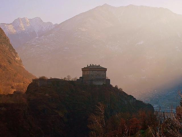 Atmosfera medioevale,   Castello di Verrès ( Valle D'Aosta)