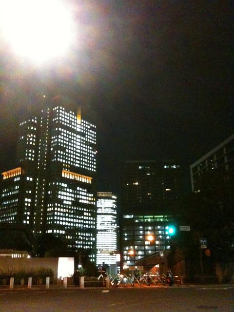 ビル街の夜景を撮ってたら警官に何撮ってるのかチェックされた。何事かと思ったら、ここは内閣府の前なのか