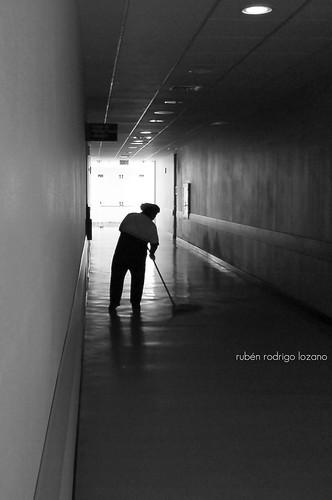 blackandwhite bw blancoynegro méxico hospital sonyericsson yucatan highcontrast hallway yucatán maintenance johnlennon sweep pasillo blackdiamond workingclasshero mérida contrastealto mantenimiento k790a artlegacy trapear rocoeno héroedelaclasetrabajadora