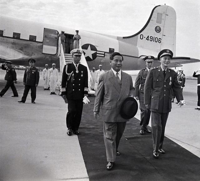 TT Tưởng Giới Thạch đón TT Diệm tại sân bay trong chuyến viếng thăm 5 ngày tại Đài Loan, 22-1-1960