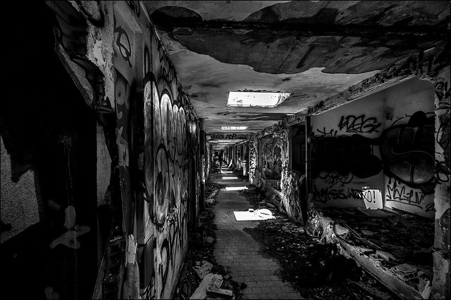 Il est au bout du couloir.../ He is in the corridor...