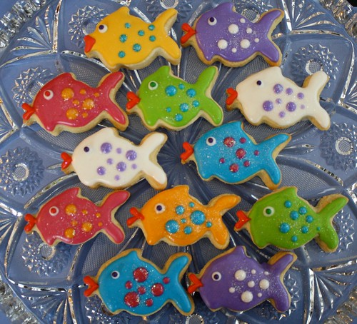 Just iced cookies glittery kissy fish for Fish shaped cookie cutters