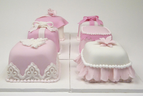 W9062 - mini pink and white cakes