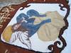 Anjo desenhado nos tapetes com areia e serragem coloridos