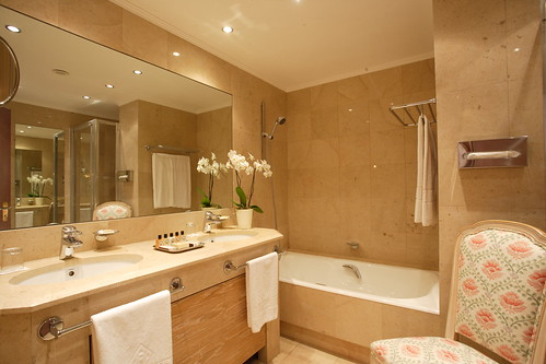 Classy and luxurious deluxe bathroom at the Hotel Martinez Cannes South of France