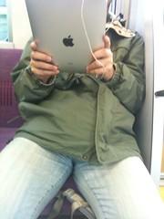 電車で iPad 使い倒してるひとがいる!