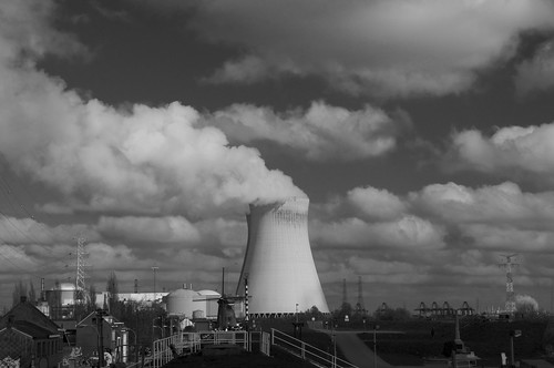 Doel, kerncentrale met molen. Nuclear plant with windmill