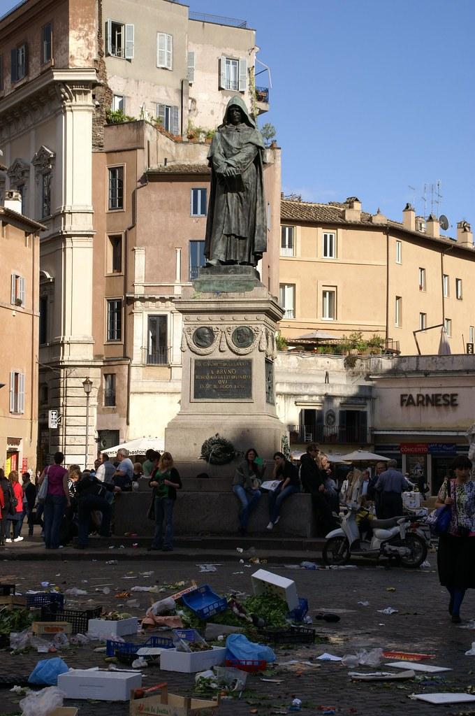 Rom, Campo de Fiori nach Marktschluss und Giordano Bruno Denkmal nach Marktschluss (Campo de Fiori after the market closed and Giordano Bruno statue)
