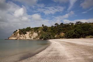 Изображение на Eastern Beach. newzealand sky cliff cloud beach water bluesky auckland stormclouds howick easternbeach manukaucity overcastcloud