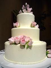 wedding ceremony supply(0.0), icing(0.0), torte(0.0), pasteles(0.0), cake(1.0), flower(1.0), buttercream(1.0), fondant(1.0), sugar paste(1.0), food(1.0), cake decorating(1.0), birthday cake(1.0), wedding cake(1.0), pink(1.0), petal(1.0),
