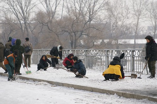 Clearing snow at Ongnyu Bridge, Pyongyang (1)