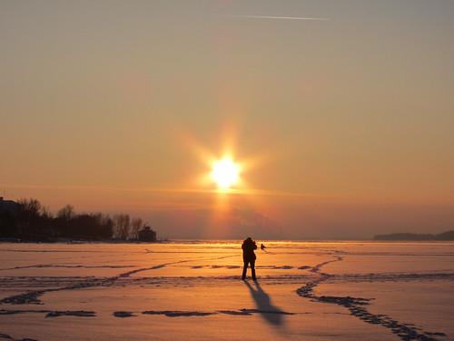 Половина всех праздношатающихся по замерзшей Волге - фотографы.