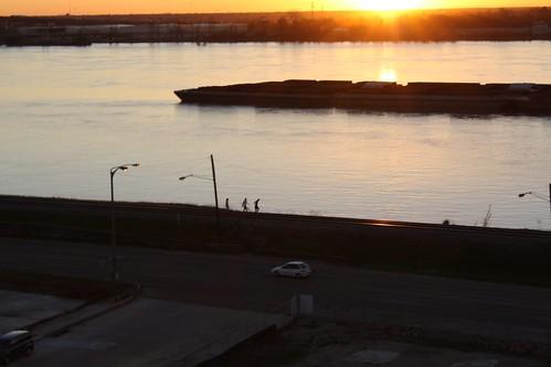 sunset sundown dusk mississippi river mississippiriver barge baton rouge batonrouge louisiana tjean314 2010 johnhanley public allphotoscopy20052017johnhanleyallrightsreservedcontactforpermissiontouse