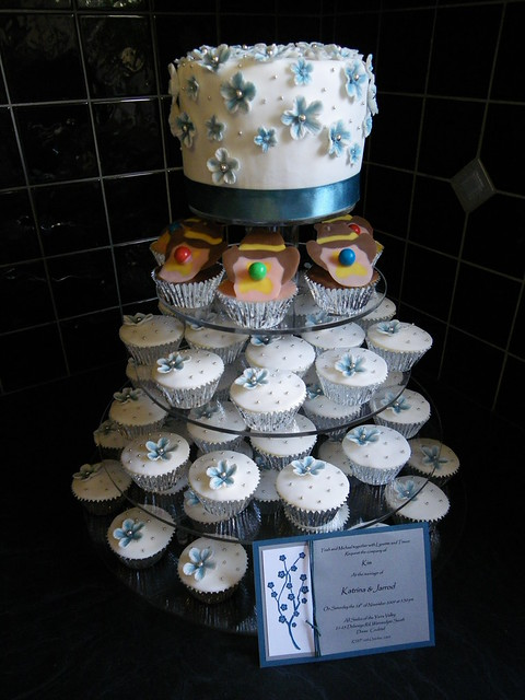 Blue White Silver Wedding Cake with Bubble O 39 Bill Cupcakes