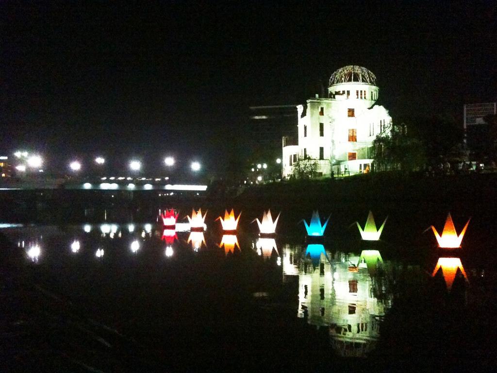 原爆ドームと、元安川に浮かぶ折り鶴フロート