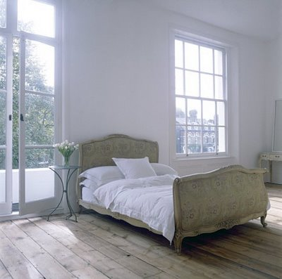 antique sleigh bed + white room