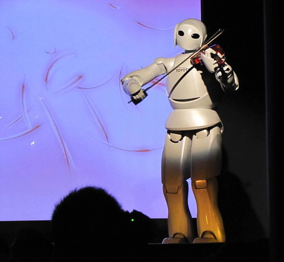 The Partner Robot from Toyota plays the violin in Japan Pavilion at the Shanghai 2010 World Expo site  上海万博の日本館で、バイオリンを演奏する二足歩行のロボット