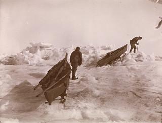 Fridtjof Nansen og Fredrik Hjalmar Johansen trekker kjelkene over den ujevne isen