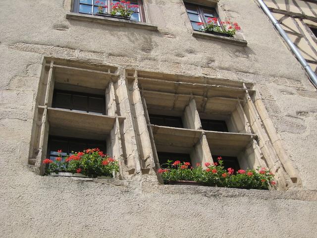 limoges fen tres fleuries dans le quartier de la cath dr. Black Bedroom Furniture Sets. Home Design Ideas