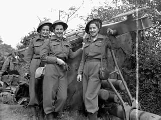 The first nursing sisters of the Royal Canadian Army Medical Corps (R.C.A.M.C.) to land in France after D-Day. / Les premières infirmières militaires (« nursing sisters ») du Corps de santé royal canadien à arriver en France après le Jour J