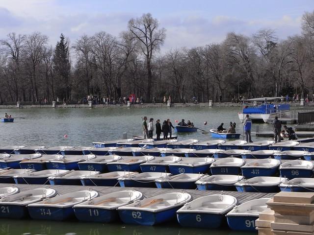 Montando en barca en el parque del retiro de madrid for Parque del retiro barcas